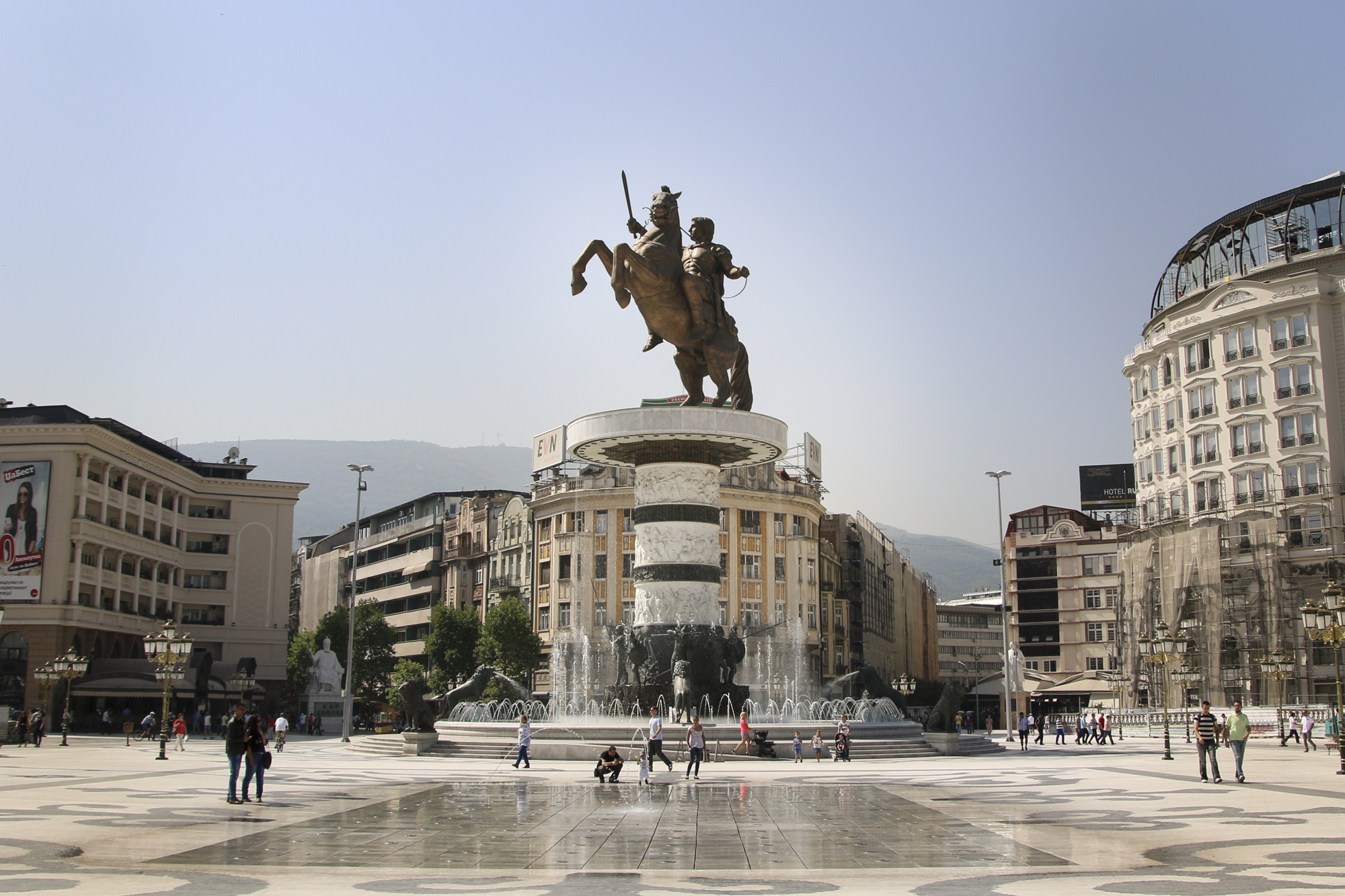 skopjen nähtävyydet aleksanteri suuren patsas skopjen pääaukio skopje main square