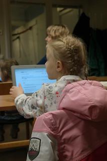 Koodikoulussa perheen pienimmätkin saivat tuntumaa ohjelmoinnin saloihin.