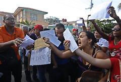 Centenares  de cubanos  se congregaron frente a la embajada de Ecuador en La Habana en una inusual exhibición pública de descontento, por la decisión de Quito de solicitar visa a los ciudadanos de este país. Muchos exhibían sus billetes aéreos ya adquirid