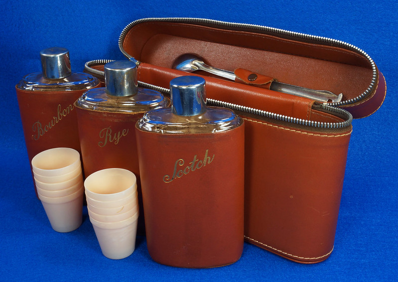 RD14514 Vintage Travel Bar Set in Leather Case with 3 Leather Wrapped Glass Flasks DSC06194