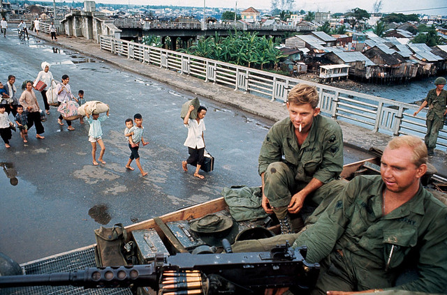 The battle for Saigon 1968 - Photo by Philip Jones Griffiths - Trên cầu Chữ Y