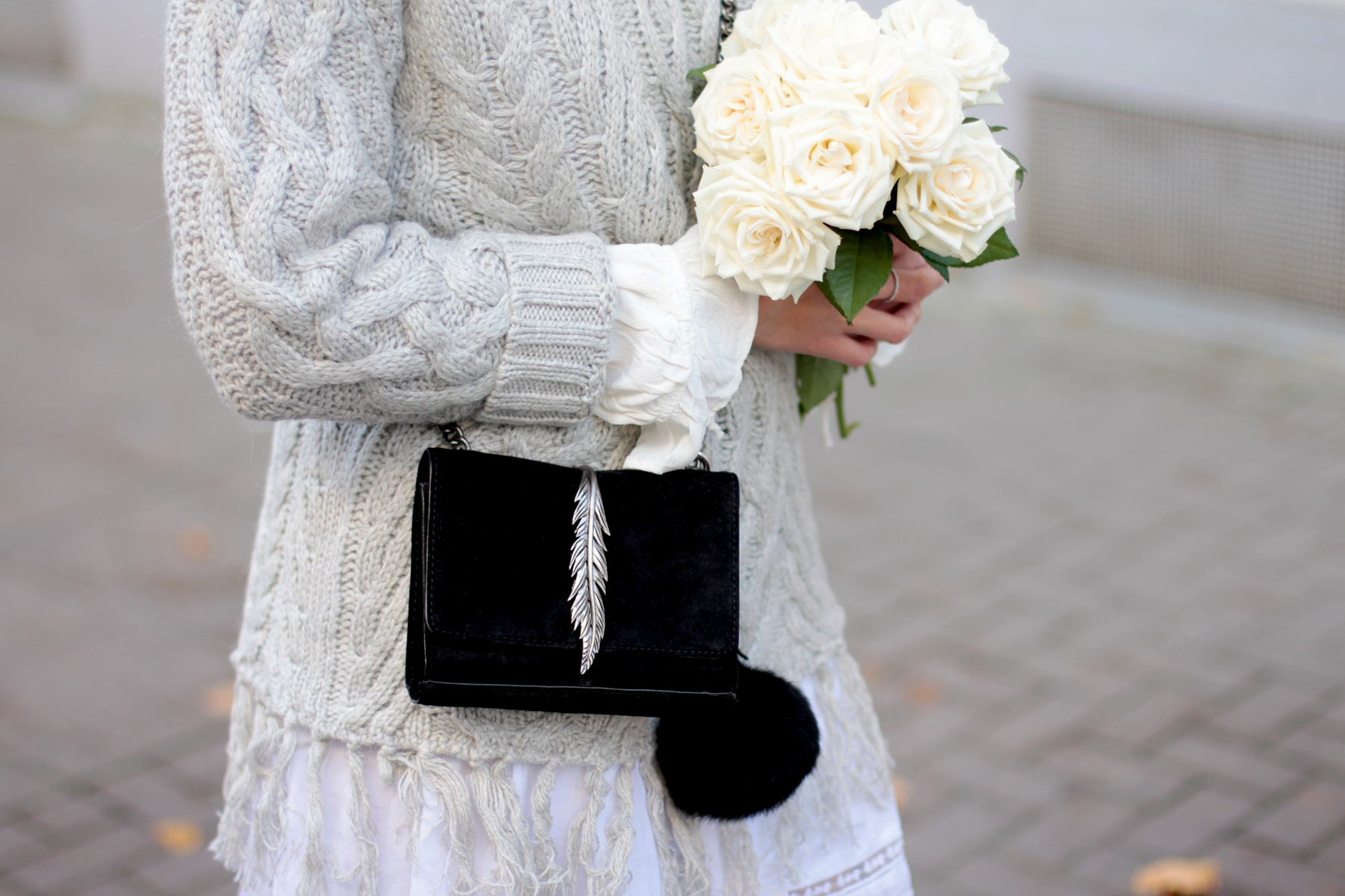 cute romantic vintage seventies knit grey wide tassles suede black leather boots zara edited the label prada white roses ootd outfit fashionblogger germany ricarda schernus cats & dogs blog 3