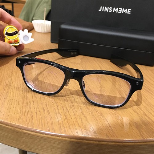 JINS MEME ESの正面図。ツルが案外デカくて長い。若干の締め付け感も。