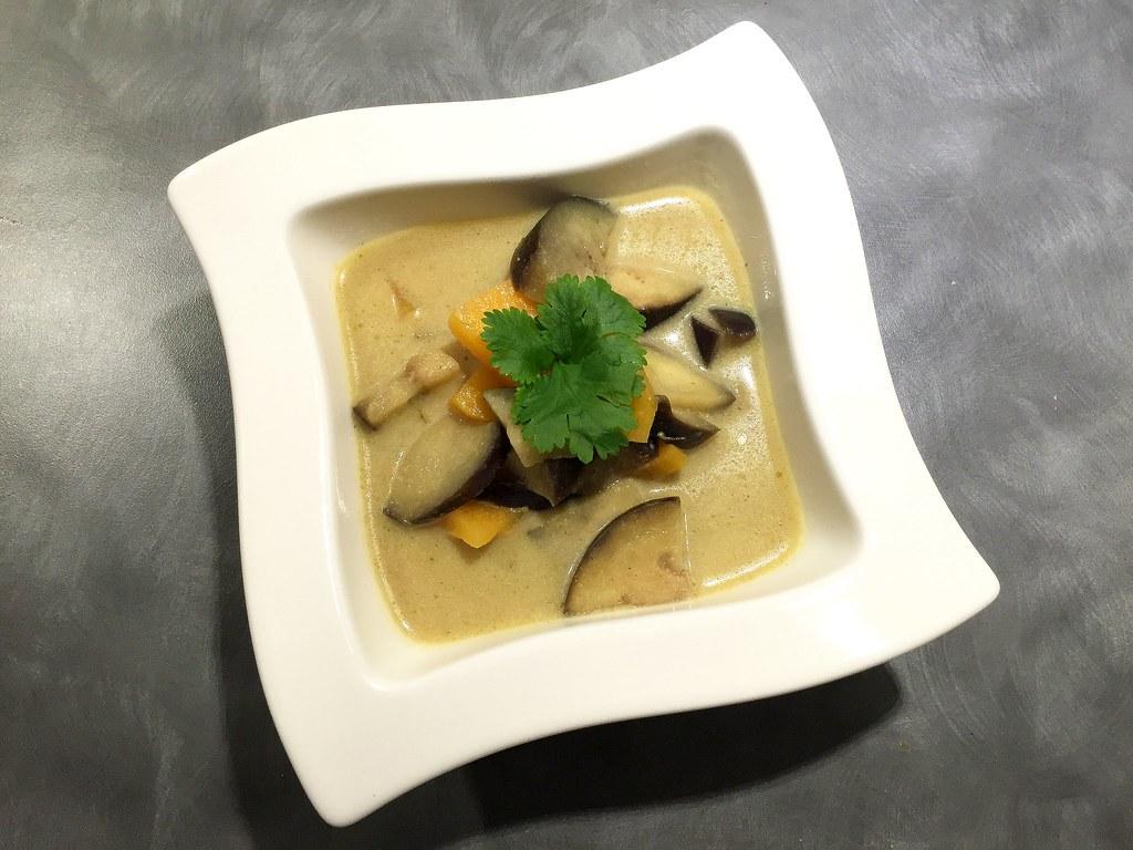 Grön curry med sötpotatis och aubergine