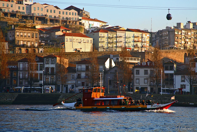 Вид на Вила-Нова-де-Гайя с кораблика. Порту. Rio Douro. Vila Nova de Gaia. Porto