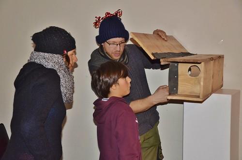 Wouter toont een nestkast voor uilen