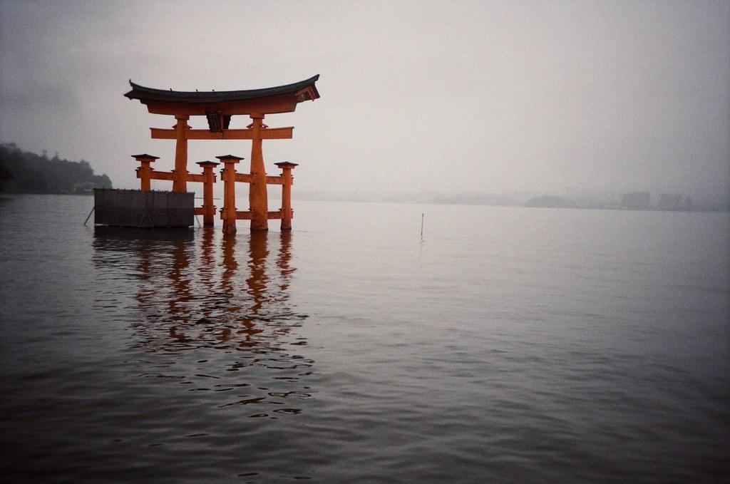 嚴島神社 Hiroshima, Japan / Kodak ColorPlus / Lomo LC-A+ 嚴島神社的鳥居,一隻腳在整修中,我等不到退潮的時間,只好在岸邊遠目著它。  我想看看去年放的硬幣還在不在,但應該也找不到是哪一枚了吧!  Lomo LC-A+ Kodak ColorPlus ISO200 4896-0007 2016/09/25 Photo by Toomore