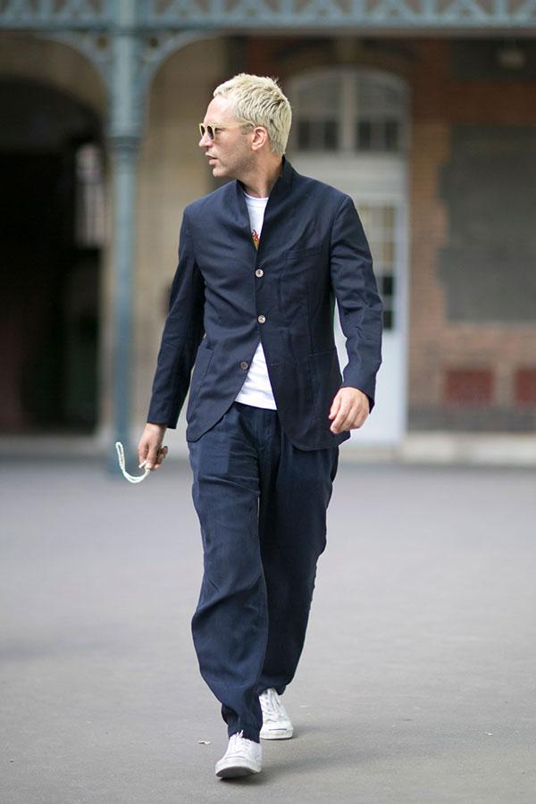 ネイビースタンドカラーテーラードジャケット×白Tシャツ×ネイビーワイドパンツ×白ローカットスニーカー