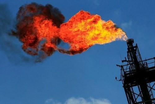 Petróleo cierra en fuerte alza en mercado más tranquilo