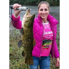 Mulheres na pesca. Mais um belo exemplo vindo da Luana Karine na Represa Perimbo em SC com uma bela traira.  #pescaamadora #pesqueesolte #baitcast #fly #pescaesportiva #sportfishing #fishing #flyfishing #fish #bassfishing #bass #angler #anglerapproved #tr