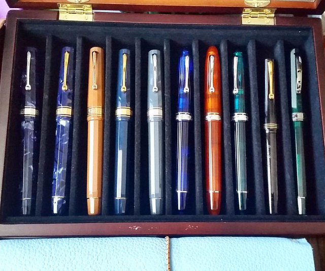A case of too many or too few? #theomasses #omas #Fpgeeks #FPN #fountainpennetwork #fountainpen #ogivacocktail #ogivaalba #paragon #writinginstruments #toolsofthetrade #collection