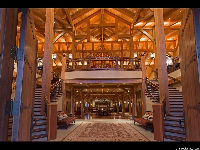 Деревянная парадная лестница в доме