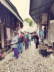 Las calles de #mostar están llenas de turistas impresionados por estos artículos artesanales. Artículos Ofrecidos a muy buenos precios e impregnados de historia. #bosniayherzegovina