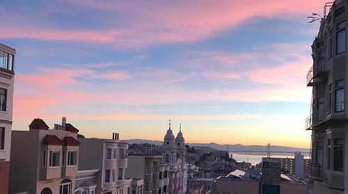 Pink and blue in delicate shades. Dawn Patrol run. #sanfrancisco #dawn #velonutz #dawnpatrol #sunrise #pink #blue #goldengatebridge #run @betathetapi