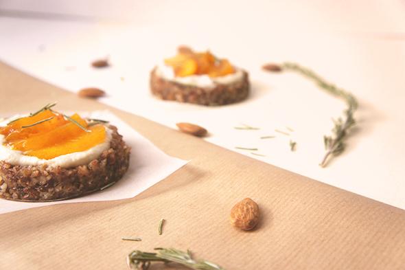 Tartelettes crues pêches, miel et romarin (vegan, sans gluten) duo 2