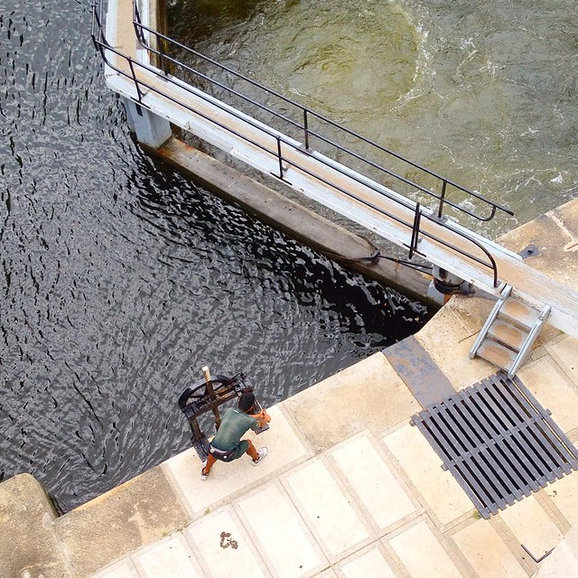 A #ParksCanada employee cranks the locks by hand at the #Ottawa lock station. Never get tired of watching them do this! #RideauCanal #CanadianCreatives