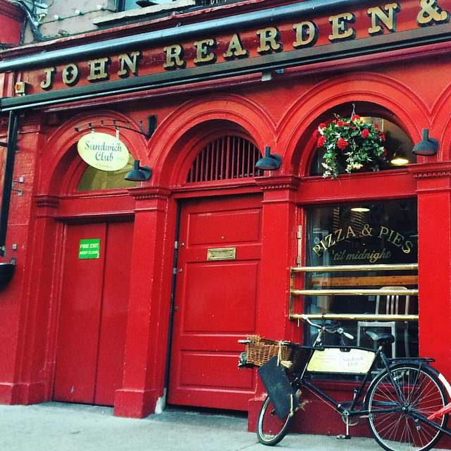 A bright spot on Washington Street. I always wonder how the food is. Who's tried it? #reardenscork #corkcity #corkwalkies #red #windowboxes #bicycle #ireland
