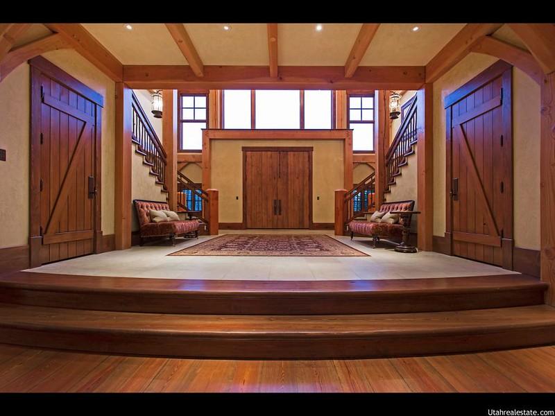 Дизайн прихожей в деревянном доме