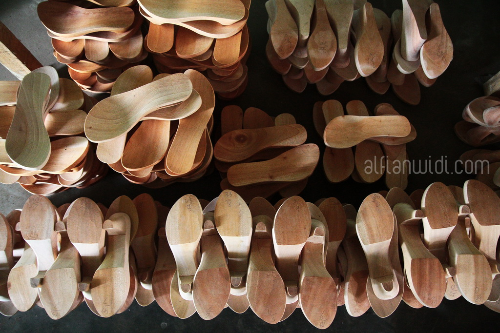 4.Kayu mahoni digunakan sebagai bahan utama pembuatan kelom