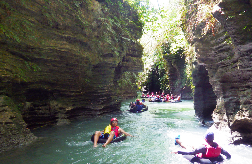 13.River tubing di Sungai Santirah yang cantik.
