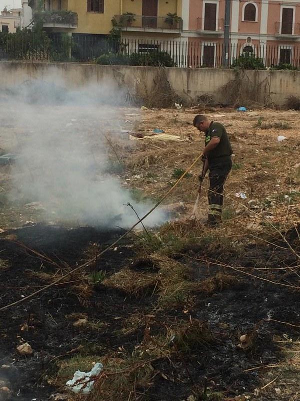 Rutigliano-Rutigliano, in fiamme un suolo in via del Ciliegioipotesi di incendio doloso (3)