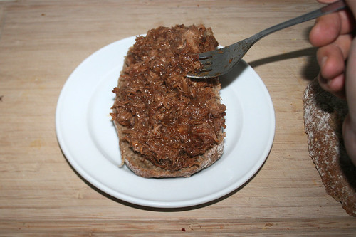 36 - Fleisch auf Brötchen geben / Add meat to bun