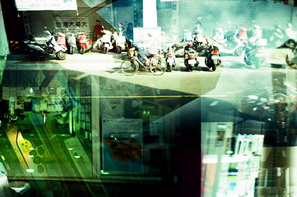 2x2 / RVP50 / Lomo LC-A+, Splitzer 2x2, a half of each frames, each half in double exposure and at different days.  拍了一捲非常實驗性的底片,我用 Splitzer 分了上下兩個畫面,每個畫面都重複曝光,先拍完其中的一半(上),再重頭拍下半幅。  整個作品畫面非常混亂,但也非常的特別!  Lomo LC-A+ FUJICHROME Velvia 50 5971-0030 2015/12/18 - 2015/12/22 2015/12/22 - 2015/12/27 Photo by Toomore