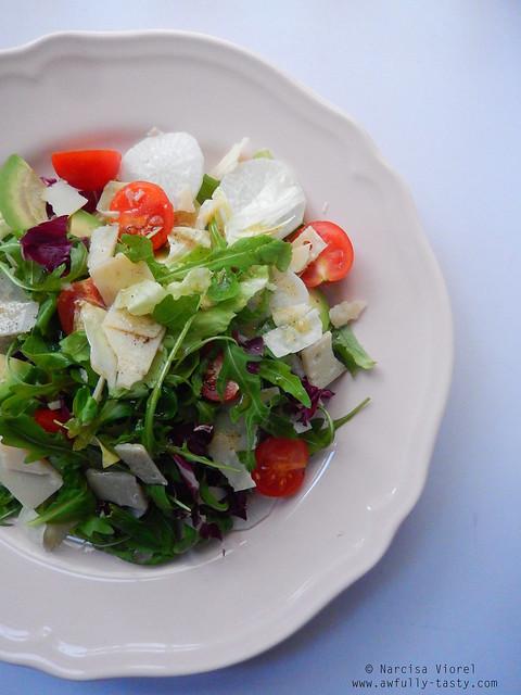 salata cu avocado, ridichi albe si parmesan