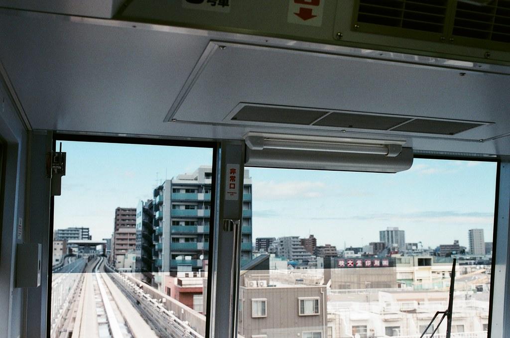 赤土小学校前駅 Tokyo, Japan / AGFA VISTAPlus / Nikon FM2 赤土小学校前駅、日暮里-舍人線。那時候住在比較遠一點的地方,早上出門進市區要花一點時間,但是還好啦,晚上是還滿安靜的。  但我該說什麼才好呢?  這幾天突然想到當初東日本流浪時睡在路邊的情況、晚上睡不著就走了一、二公里的路往北。  覺得自己那時候到底是哪來的勇氣,這樣走個不停。  Nikon FM2 Nikon AI AF Nikkor 35mm F/2D AGFA VISTAPlus ISO400 0996-0017 2015/10/02 Photo by Toomore