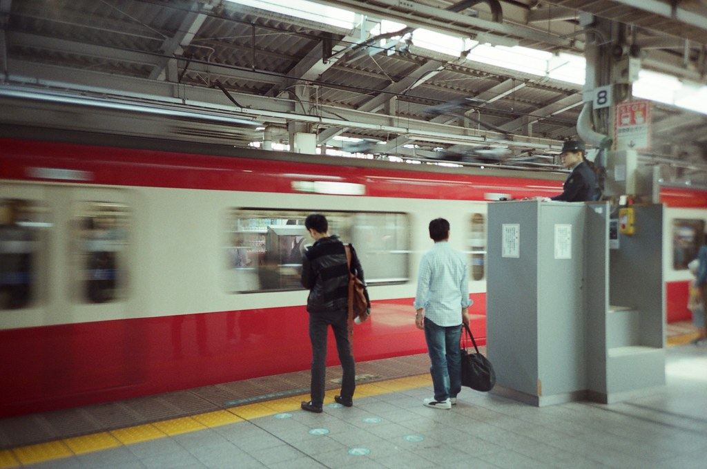 橫濱 Yokohama, Japan / Fujifilm 500D 8592 / Lomo LC-A+ 月台上的指揮站的高高的。  Lomo LC-A+ Fujifilm 500D 8592 7394-0008 2016-05-21 Photo by Toomore
