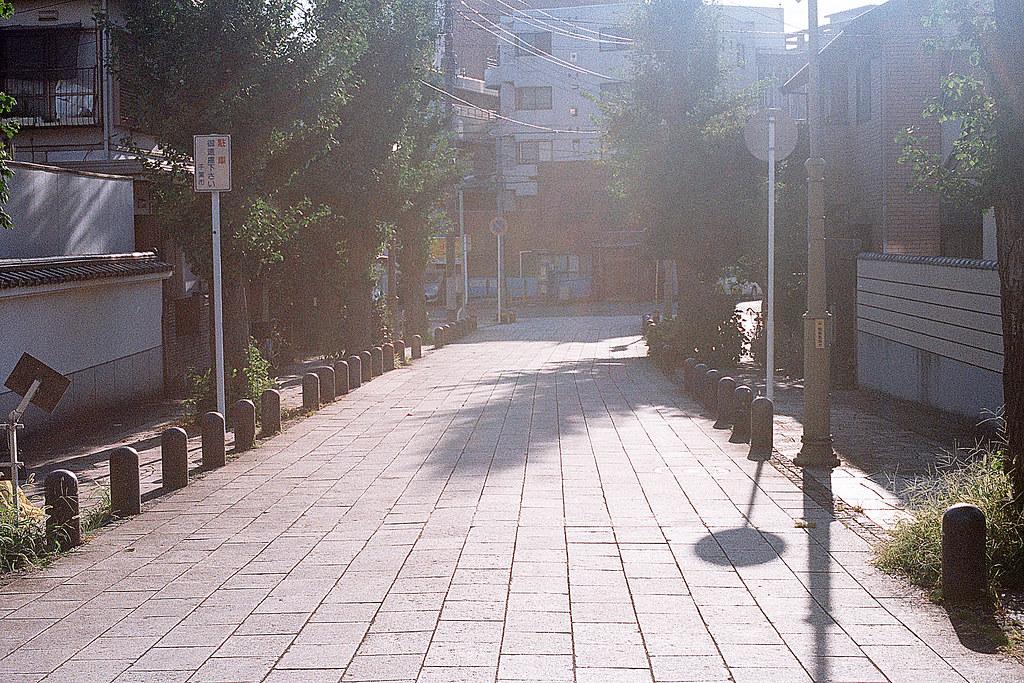"""千葉城(ちばじょう) 亥鼻 2015/08/05 從千葉城下來的路上,剛好是黃昏逆光,就小光圈拍一張逆光的街道。  Nikon FM2 / 50mm Kodak ColorPlus ISO200  <a href=""""http://blog.toomore.net/2015/08/blog-post.html"""" rel=""""noreferrer nofollow"""">blog.toomore.net/2015/08/blog-post.html</a> Photo by Toomore"""