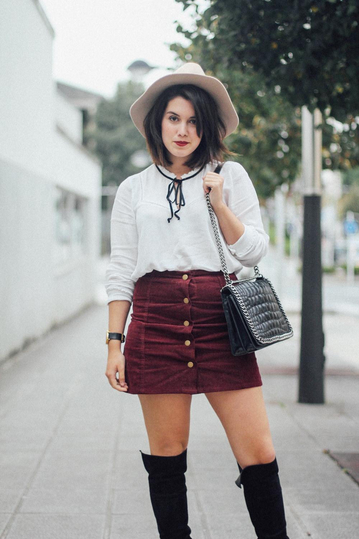 falda de pana granate y blusa blanca con lazo