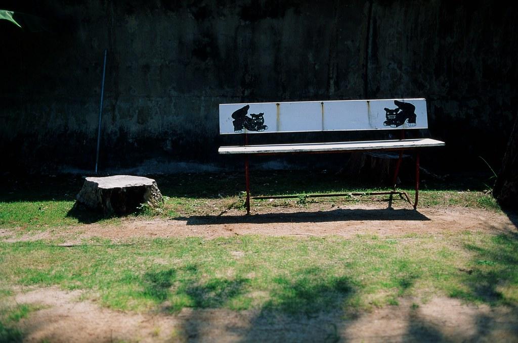 仲泊海岸 沖繩 Okinawa / RVP50 / Nikon FM2 2015/10/27 在仲泊海岸裝上 RVP50 這卷底片,這是我第一次拍這卷底片,ISO 50 在大太陽底下拍還滿方便,快門速度可以降下來很多。  沖出來後顏色真的很漂亮,也是很愛的底片之一。  Nikon FM2 Nikon AI AF Nikkor 35mm F/2D FUJICHROME Velvia 50 3062-0004 Photo by Toomore