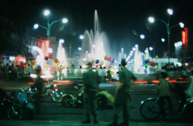 Saigon 1969 - Photo by larsdh - Đêm Saigon, bồn phun nước Công trường Lam Sơn