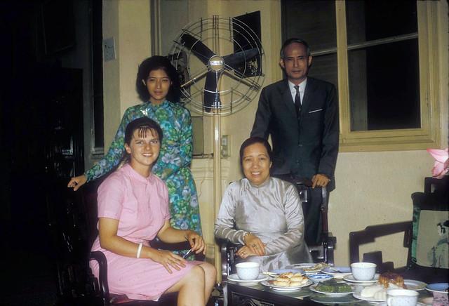 SAIGON 1966 - Bà Marion Ross với gia đình BS Phan Huy Quát - by Douglas Ross