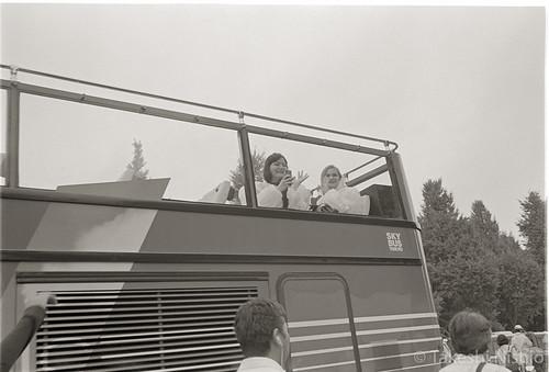笑顔で手を振る観光客の女性たち