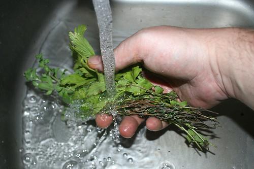 19 - Kräuter waschen / Wash herbs