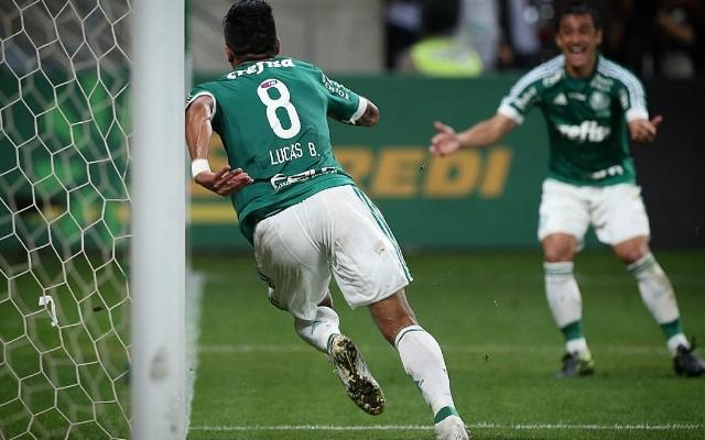 Barrios e Rafael Marques reclamam da arbitragem na final da Copa do Brasil