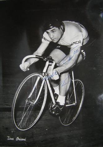 Tino Oriani, maglia Bianchi, in azione su pista