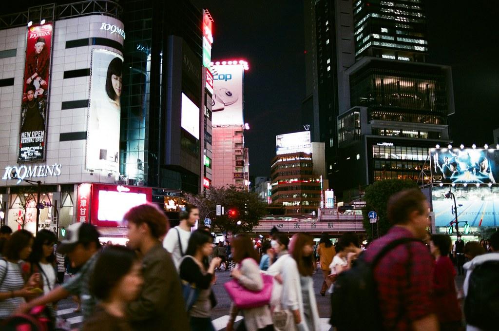 渋谷 Tokyo 2015/10/02 熟悉的渋谷大馬路,我在哪裡待了很久,很久以前似乎回到當下。   Nikon FM2 Nikon AI AF Nikkor 35mm F/2D AGFA VISTAPlus ISO400 0998-0015 Photo by Toomore