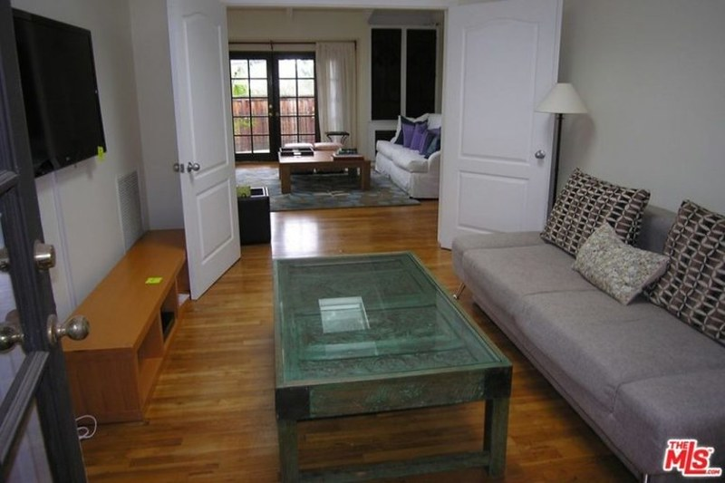 Комната с телевизором и стеклянным журнальным столом