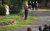 Stefan Herwig, Vorsitzender der HOG Alexanderhausen, bei seiner Ansprache vor dem Denkmal der Billeder auf dem Karlsruher Hauptfriedhof
