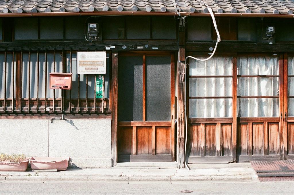 京都 Kyoto 2015/09/23 路上看到的老房子。  Nikon FM2 Nikon AI Nikkor 50mm f/1.4S AGFA VISTAPlus ISO400 0947-0031 Photo by Toomore