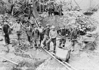 Group of miners working on C.J. Berry's claim No. 6, Eldorado / Groupe de mineurs travaillant sur la concession no 6 de C.J. Berry, Eldorado