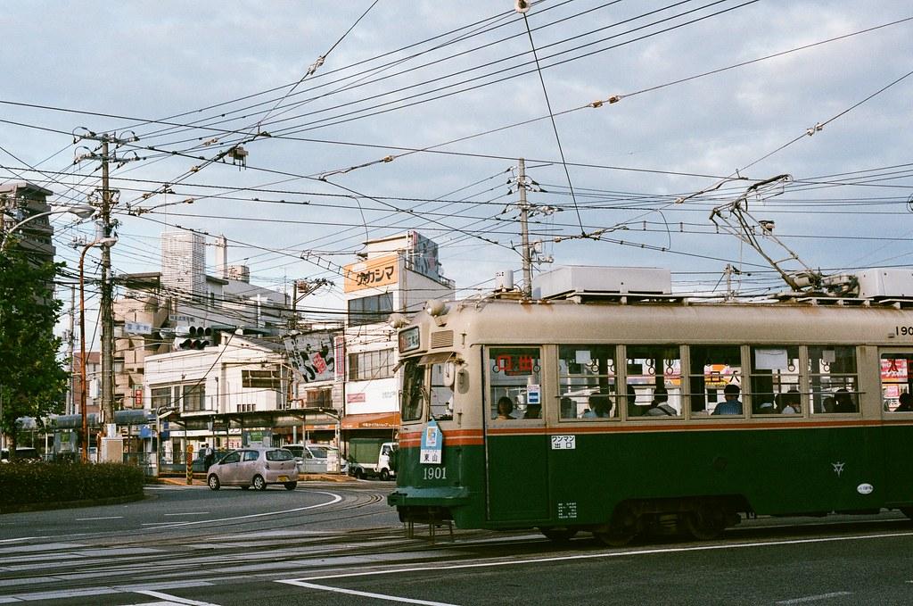 皆実町六丁目 広島 Hiroshima 2015/09/01 路面電車開過。  Nikon FM2 / 50mm AGFA VISTAPlus ISO400 Photo by Toomore