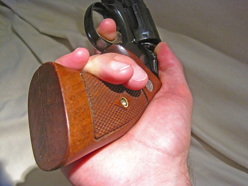 Revolvers... how to grip them? 21500355415_fc57edfc21