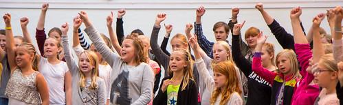 Mellanstadie- och gymnasieelever sjunger för tolerans