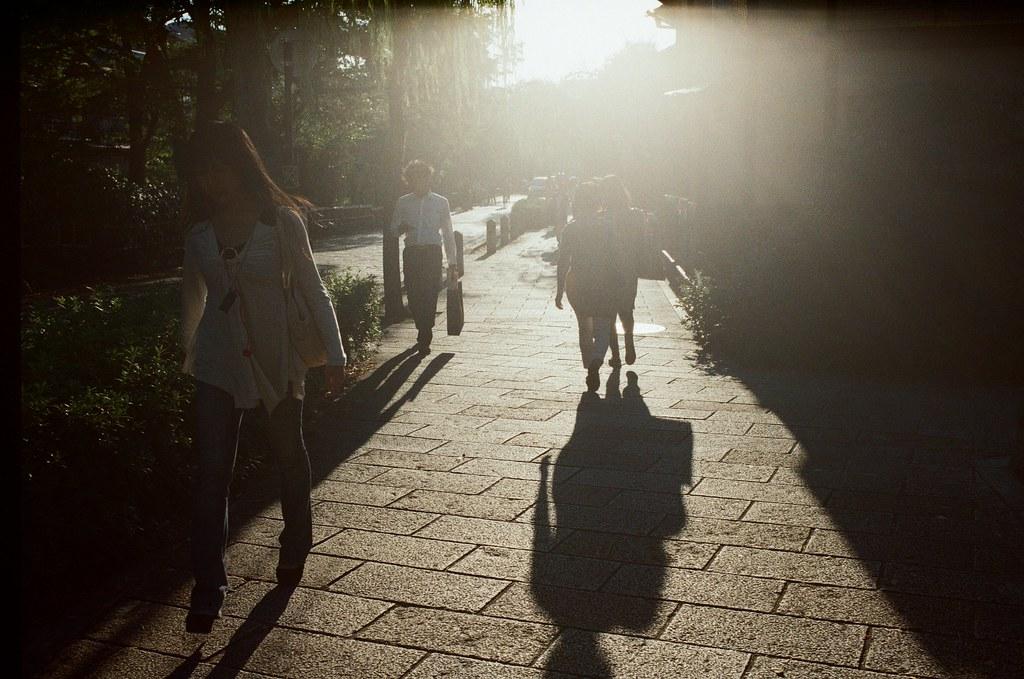 巽橋 京都 Kyoto 2015/09/28 剛從京都嵐山回到花見小路,這個時段剛好黃昏的光打在街道上,我就拿著相機一路上慢慢拍!  Nikon FM2 Nikon AI AF Nikkor 35mm F/2D Kodak ColorPlus ISO200 0991-0004 Photo by Toomore