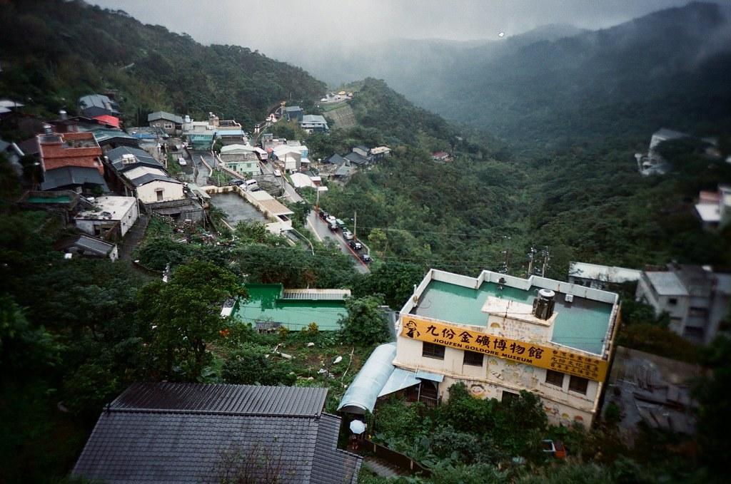 九份 Taipei / Portra 400 / Lomo LC-A+ 2015/11/14 我喜歡九份這樣霧茫茫的風景,整片山寂靜無人的樣子。當走到老街的時候,被吵雜的喧鬧聲拉回來。  九份有好多日本觀光客,所以吵雜聲混著日文交談,感覺好像在日本一樣,很特別!  Lomo LC-A+ Kodak Pro Portra 400 3187-0010 Photo by Toomore
