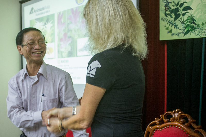 The handshake between Dr Tran Van Ban, Chairman of the Vietnamese Traditional Medicine Association and Jill Robinson MBE, Animals Asia's founder and CEO (3)